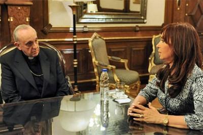 El entonces cardenal Bergoglio tuvo en ocasiones fuertes enfrentamientos con la mandataria argentina Cristina Fernández.