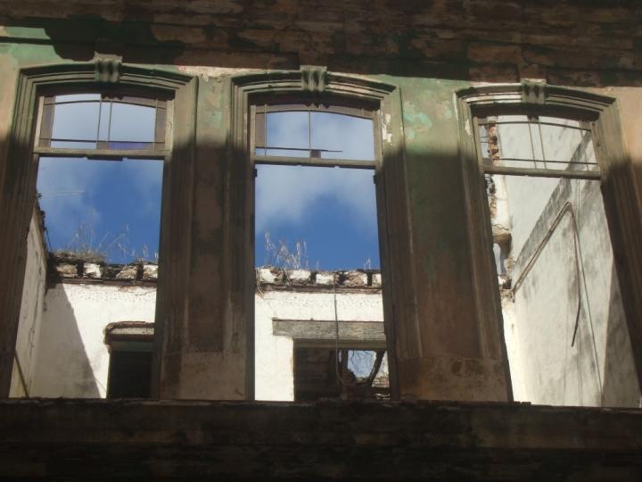 Según una vecina hace algunos años que el techo desapareció.