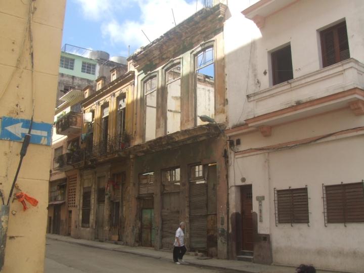 El inmueble ubicado en la Calle Amistad esquina Barcelona, en Centro Habana.