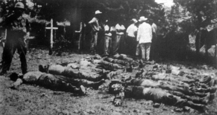 Los cadáveres de los expedicionarios asesinados, tendidos en el Cementerio local de Cabonico