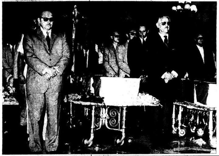 El presidente Manuel Urrutia y el expresidente Carlos Prío haciendo guardia de honor a los restos de los mártires durante una ceremonia en el Capitolio Nacional tras el triunfo de la Revolución.