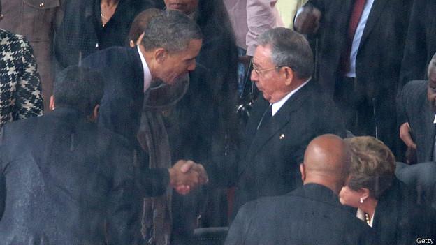 El saludo entre Obama y Raúl Castro durante el homenaje a Mandela. 13 de diciembre de 2013. Foto: Getty Images