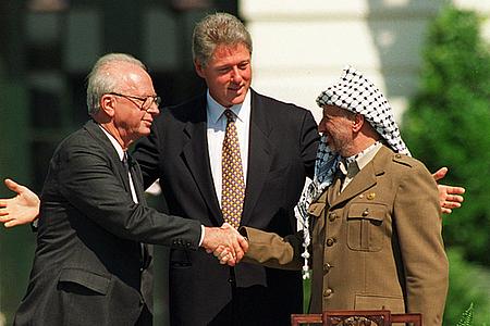 Isaac Rabin, Bill Clinton, y Yasser Arafat durante la firma de los Acuerdos de Oslo en la Casa Blanca, el 13 de septiembre de 1993.