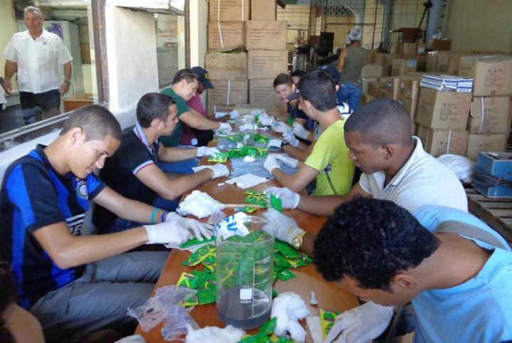 Momento en que los condones son remarcados. Foto tomada de Trabajadores