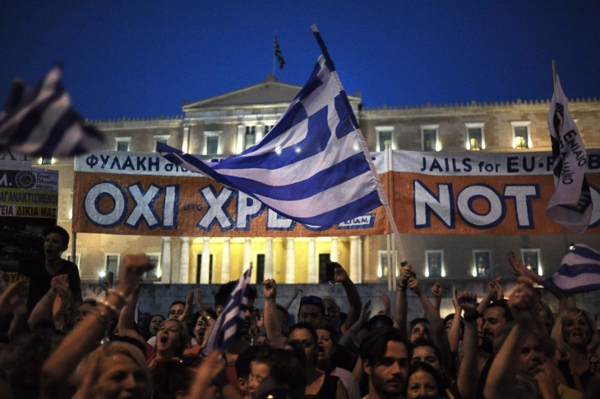 Manifestantes griegos se concentran en la plaza Syntagma frente al edificio del parlamento en Atenas. - Foto EFE
