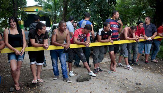 Un grupo de migrantes cubanos espera por la apertura de la frontera de Peñas Blancas, entre Costa Rica y Nicaragua.
